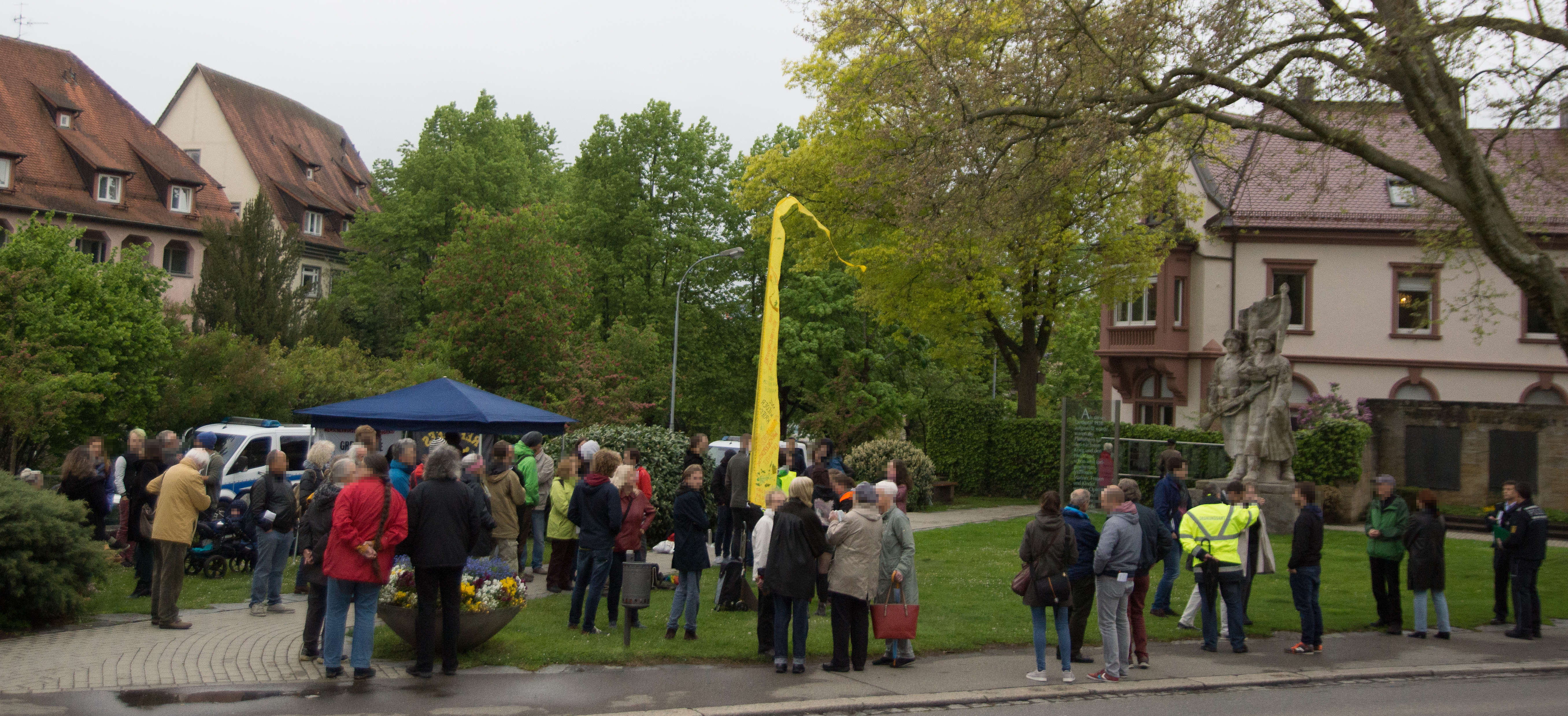 Kundgebung auf dem Luisenplatz vor dem Kriegerdenkmal